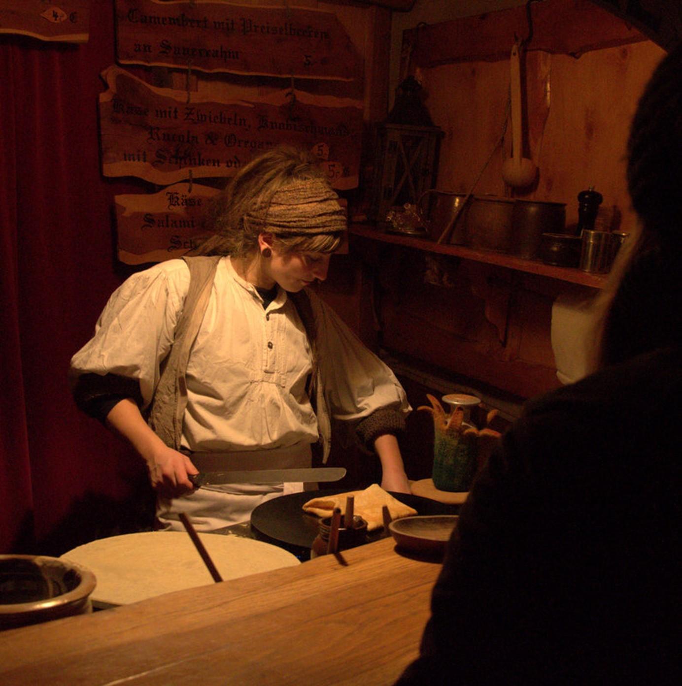 Birka Schäfer beim Crêpes machen