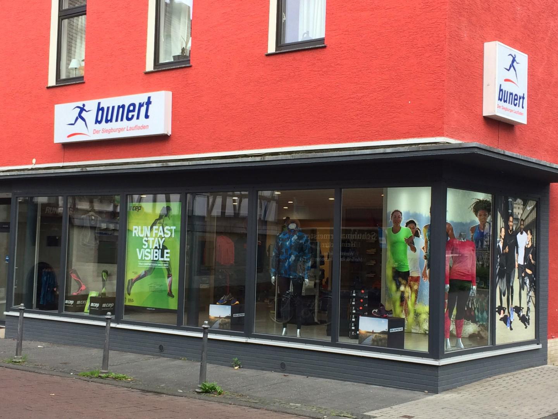 Das Bild zeigt das Ladenlokal von Laufsport Bunert von aussen