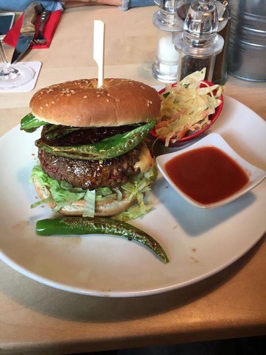 Das Bild zeigt einen Burger von Huckleberry's