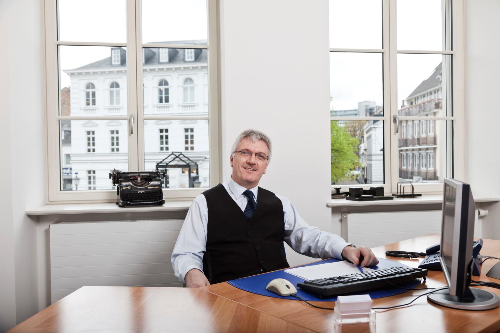 Das Bild zeigt Herrn Bergmann in seinem Büro