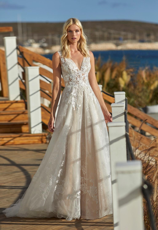 Das Bild zeigt ein weibliches Model in einem weißen Brautkleid