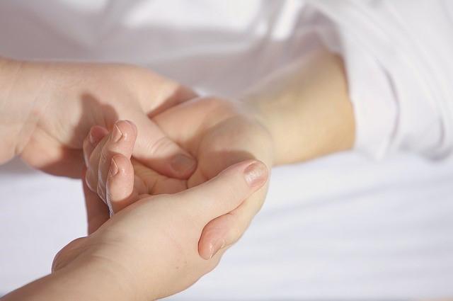 Das Bild zeigt die Hände zweier Personen, die sich halten