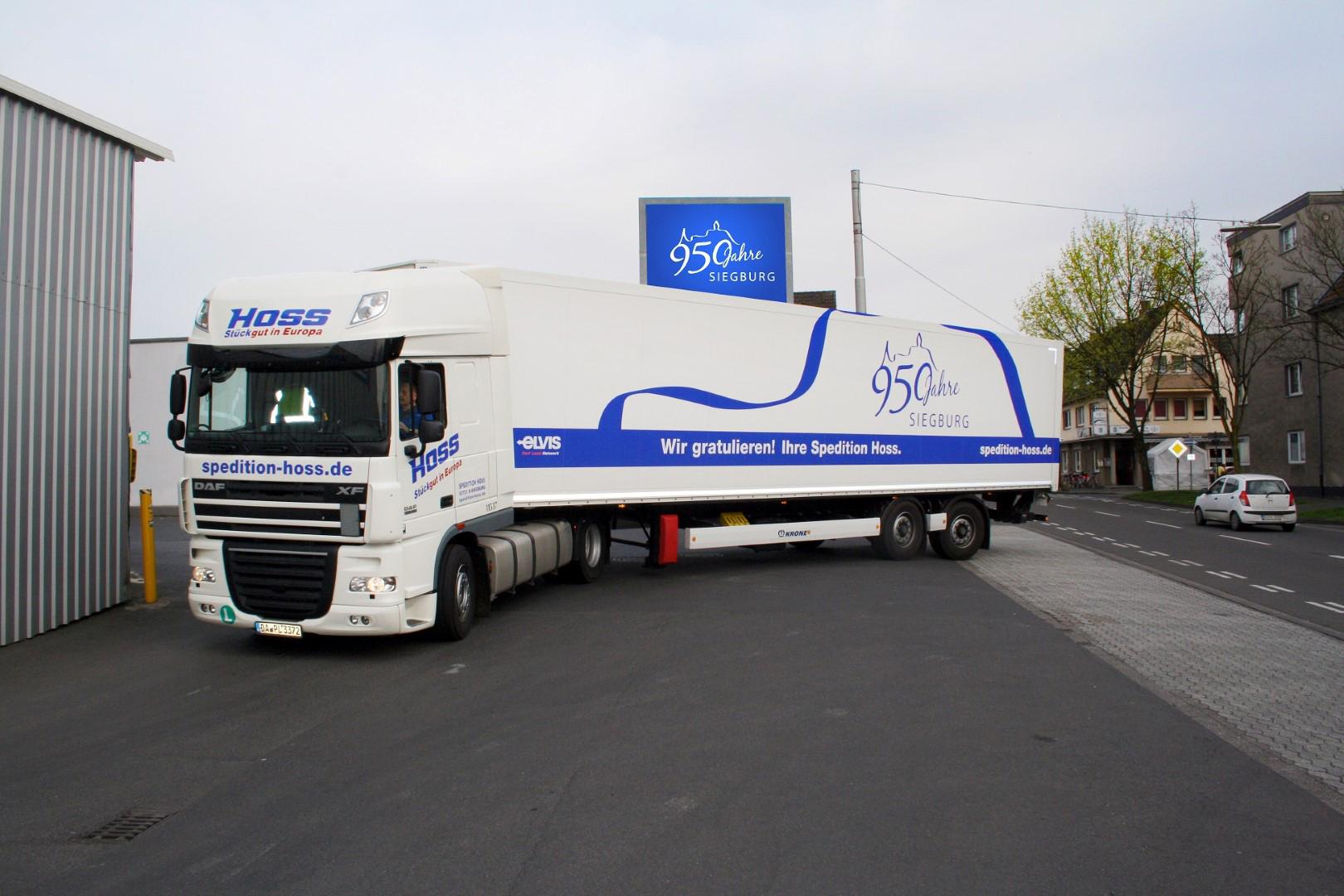 Das Bild zeigt einen LKW mit Anhänger der Spedition Hoss GmbH & Co. KG