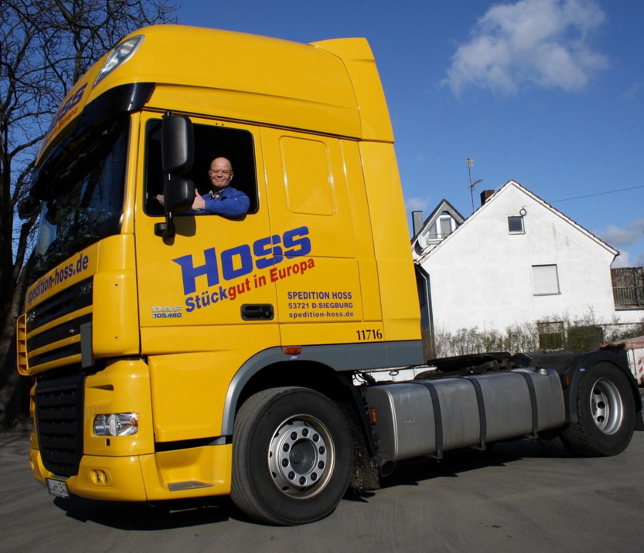 Das Bild zeigt ein Zugfahrzeug der Spedition Hoss GmbH & Co. KG