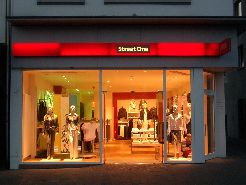 Das Bild zeigt den Eingangsbereich von Street One
