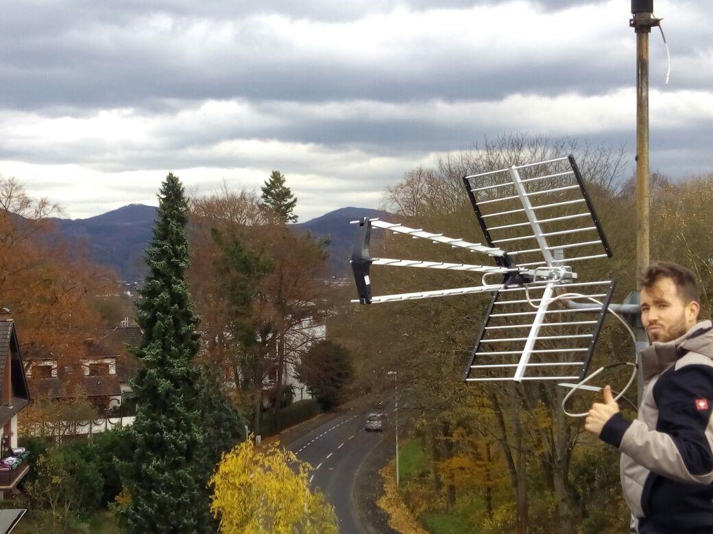 Das bild zeigt eine Antennenanlage auf dem Dach eines Gebäudes