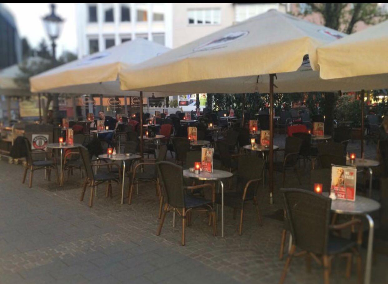 Das Bild zeigt den Außengastronomiebereich des Café Capablanca in Siegburg