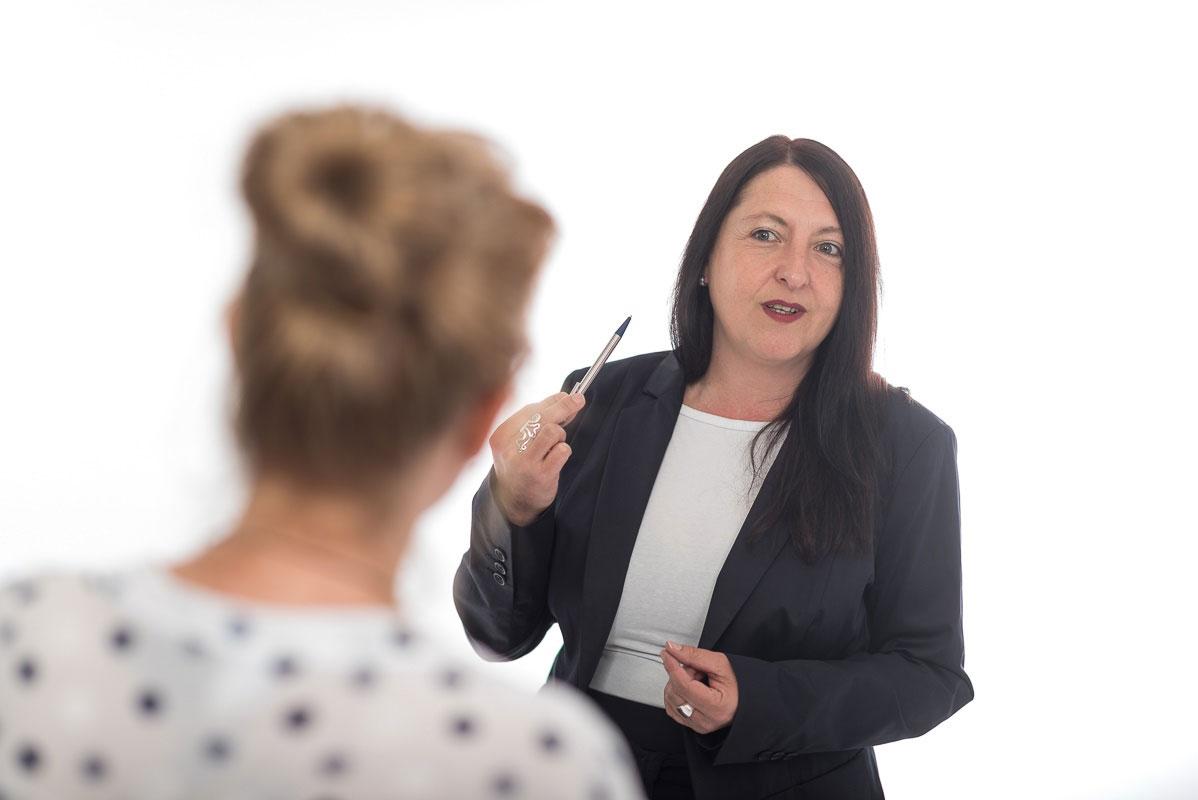 Das Bild zeigt Sandra Wollersheim im Gespräch mit einer Kundin