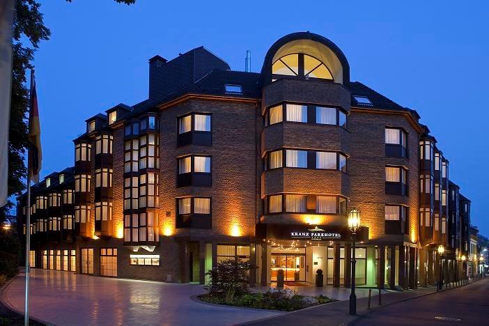 Das Bild zeigt eine Außenansicht vom Kranz Parkhotel