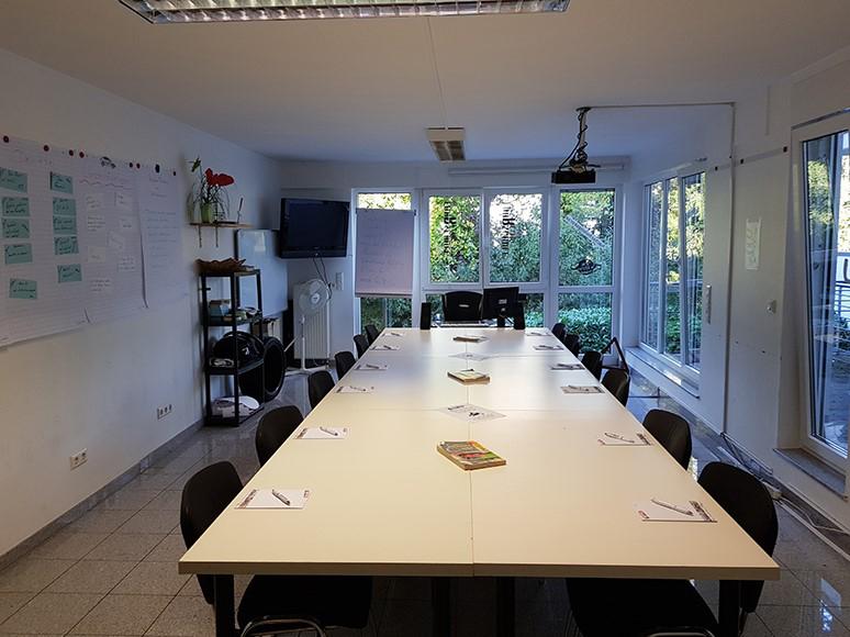 Das Bild zeigt den Schulungsraum der Fahrschule Rettig in Siegburg