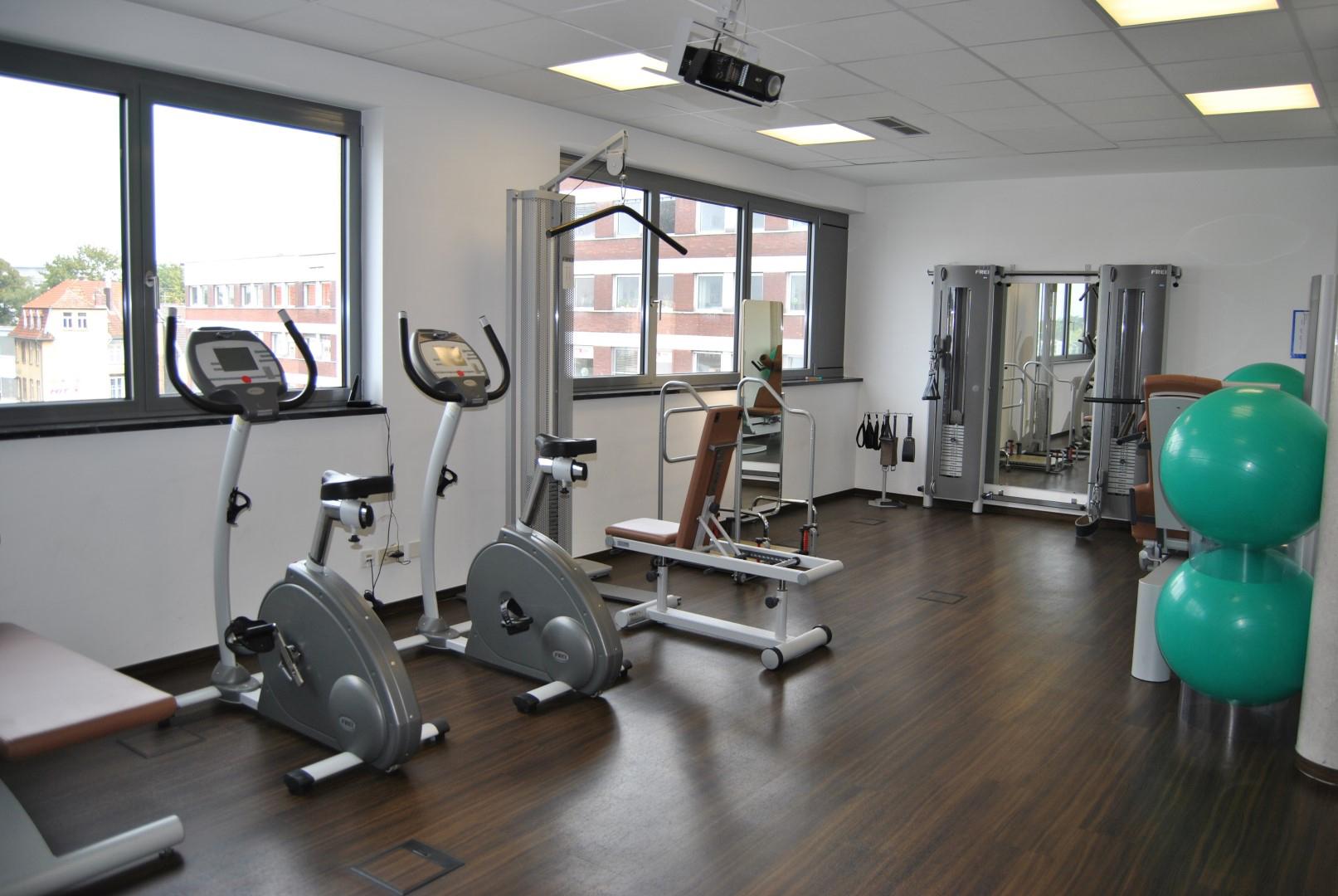 Das Bild zeigt einen Trainingsraum der Sieg Reha GmbH im Siegburg Med