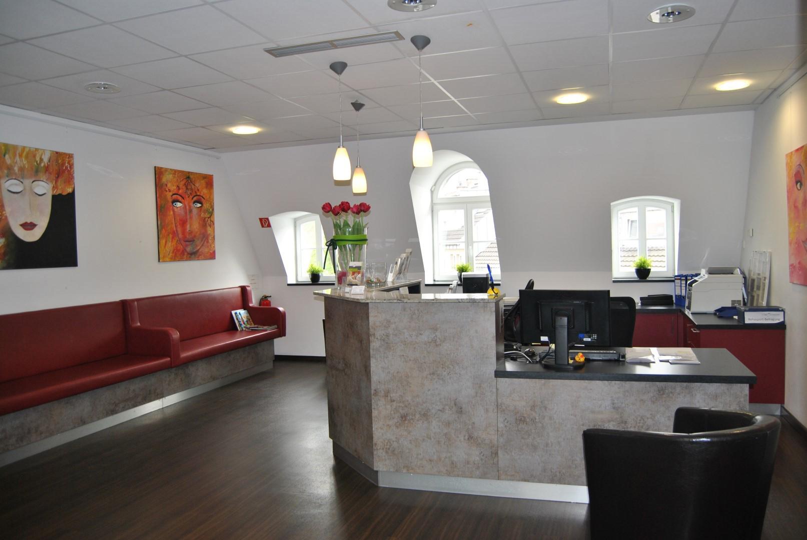 Das Bild zeigt den Wartebereich der Sieg Reha GmbH im Siegburg Med