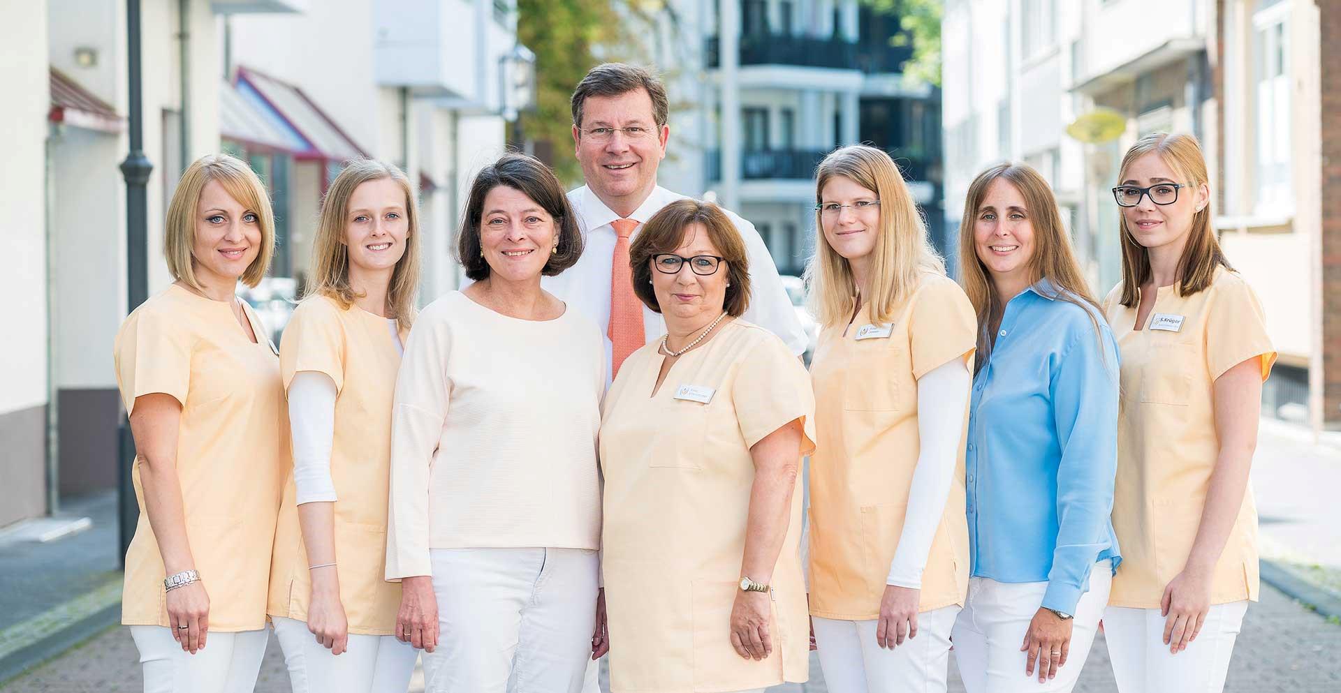 Das Bild zeigt das Team der Praxis Dr. Klumm