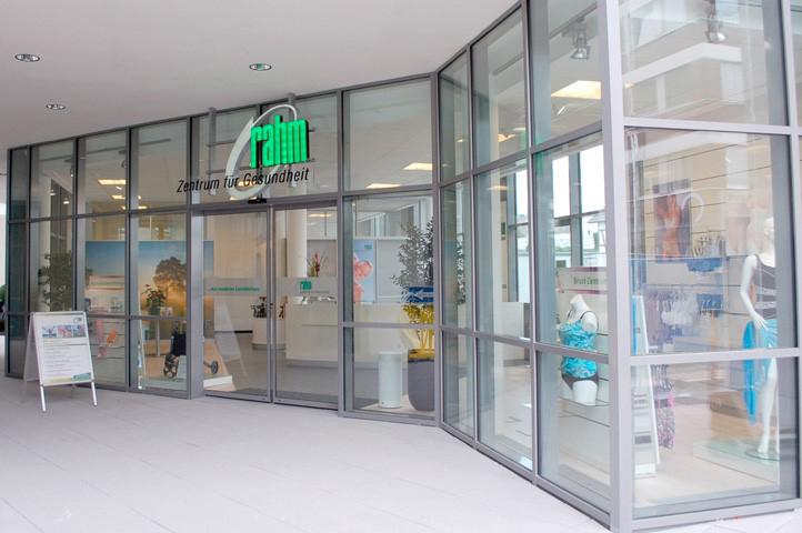 Das Bild zeigt den Eingangsbereich vom rahm Zentrum für Gesundheit in der Wilhelmstraße