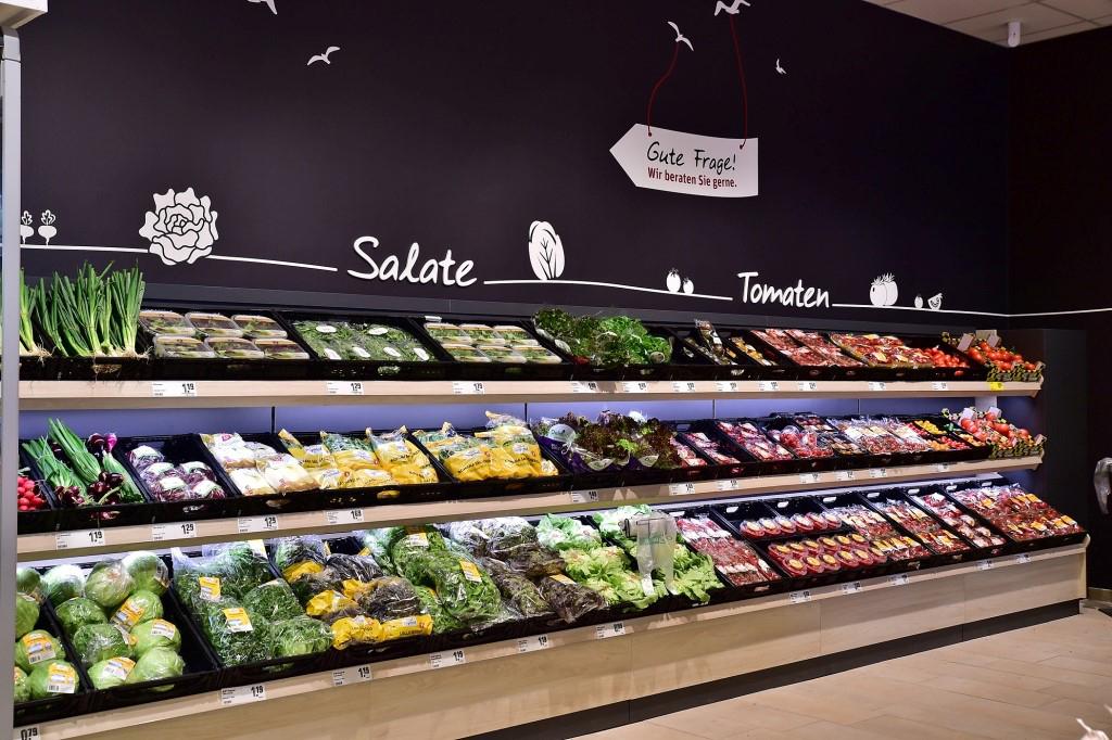 Das Bild zeigt die Salattheke im REWE Markt Petz