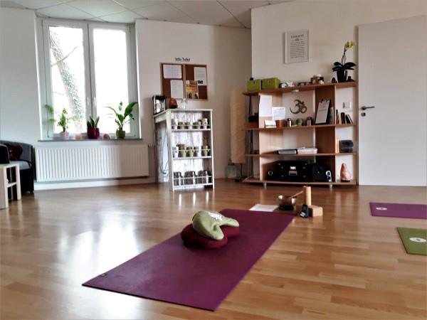 Das Bild zeigt die Innenräume des Yoga Studios