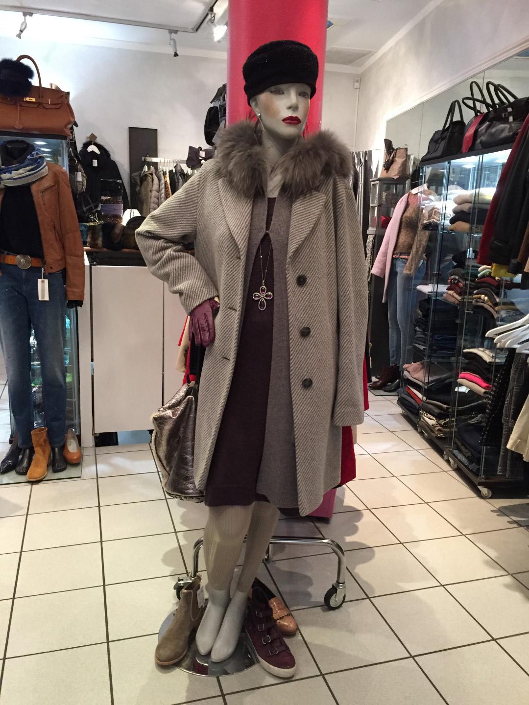 Das Bild zeigt einen Mantel aus dem Sortiments von catya fine arts
