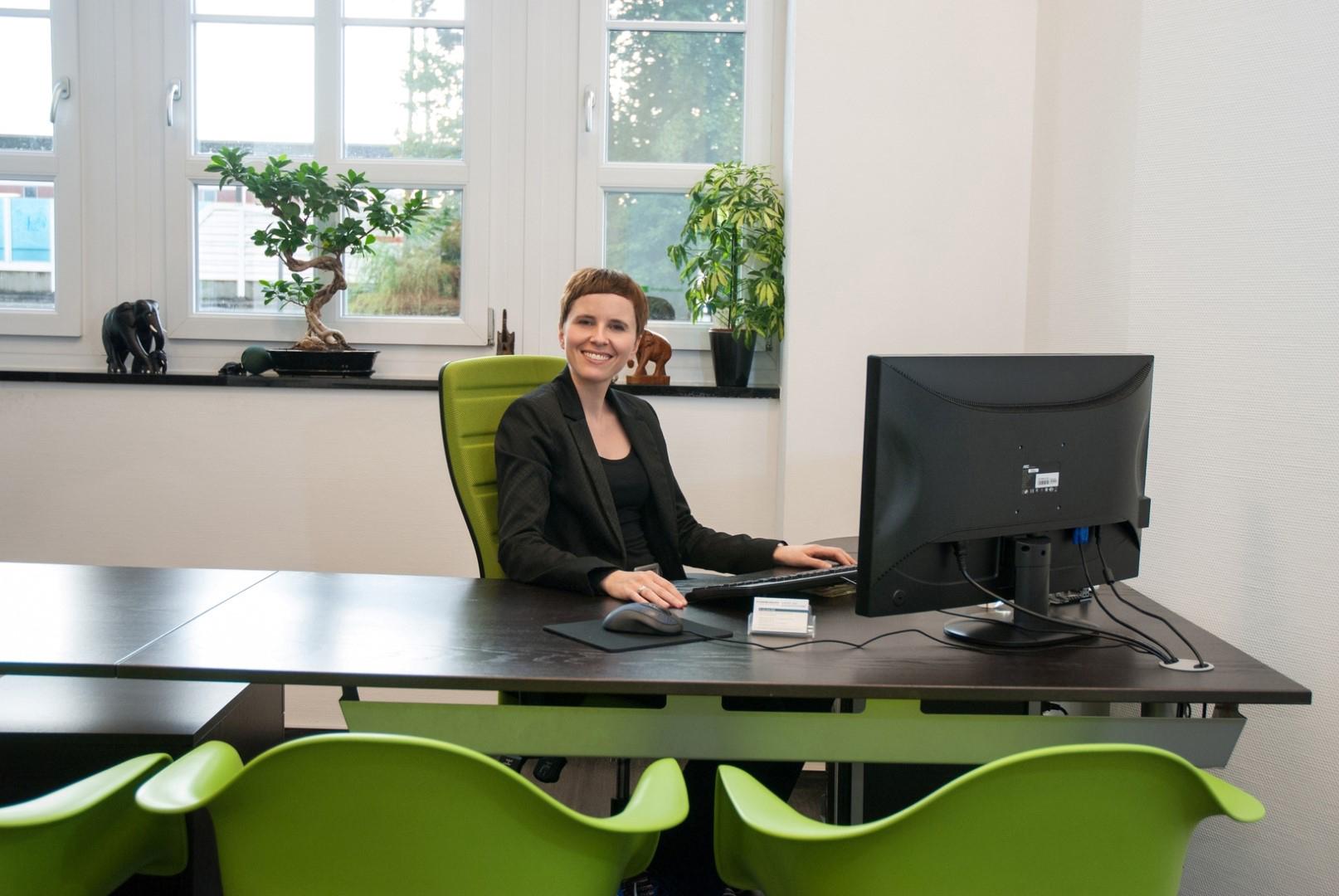 Das Bild zeigt Dr. med. A. Vloet, Fachärztin für Kinder- und Jugendpsychiatrie und -psychotherapie an ihrem Schreibtisch