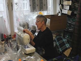 Das Bild zeigt Gabriele Küster-Hübner an einer Nähmaschine