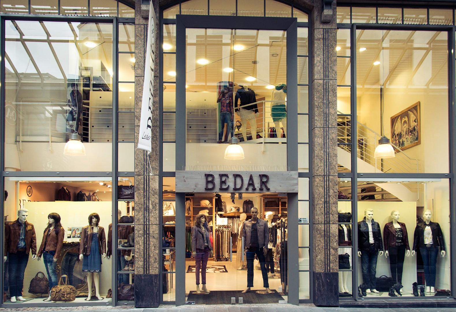 Das Bild zeigt die Geschäftsfront von Bedar Leder & Style