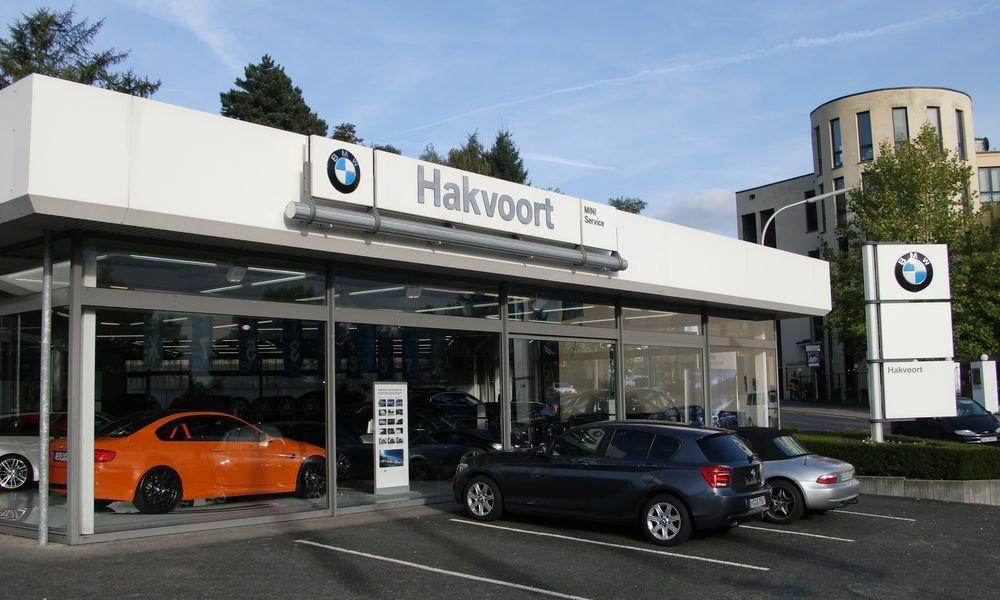 Das Bild zeigt eine Außenansicht der BMW Automobile Hakvoort GmbH