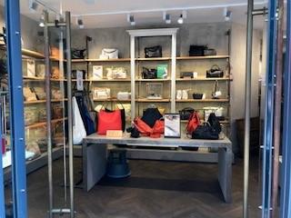 Das Bild zeigt den Verkaufsraum von Liebeskind Berlin