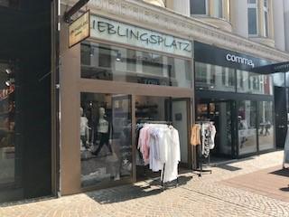 Das Bild zeigt eine Außenansicht der Verkaufsräume von Comma und Lieblingsplatz in Siegburg