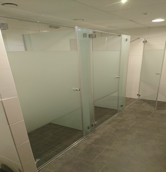 Auf dem Bild sind  Duschkabinen der Firma Glas Söller & Streich GmbH zusehen