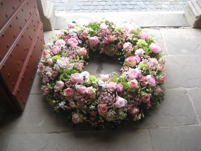 Das Bild zeigt einen Blumenkranz