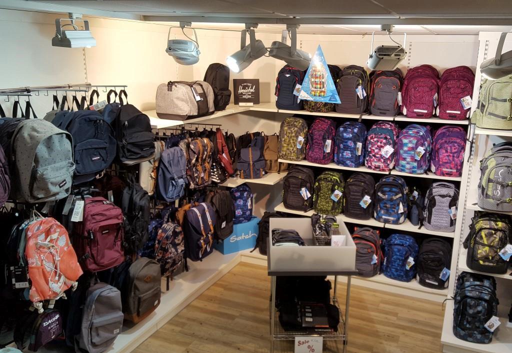 Auf dem Bild sieht man Taschen und Koffer aus dem Sortiment von K Line Taschendesign
