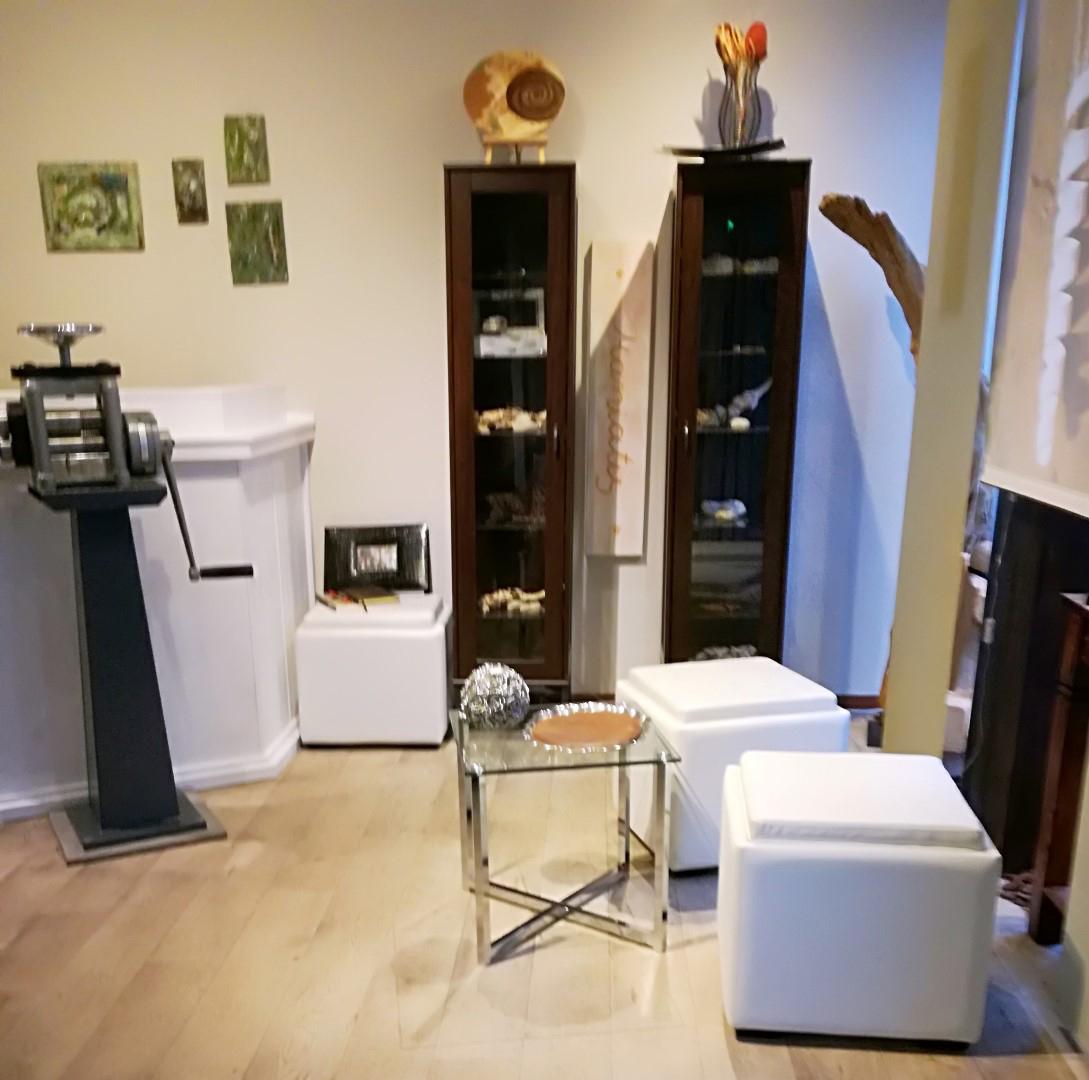 Auf den Bild der Geschäfts- und Ausstellungsbereich vom Atelier Maniatis zusehen