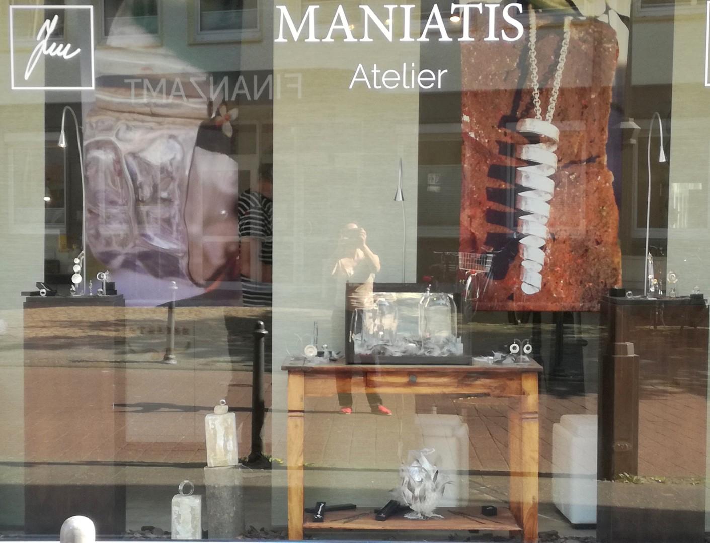 Auf den Bild ist das Schaufenster vom Atelier Maniatis zusehen