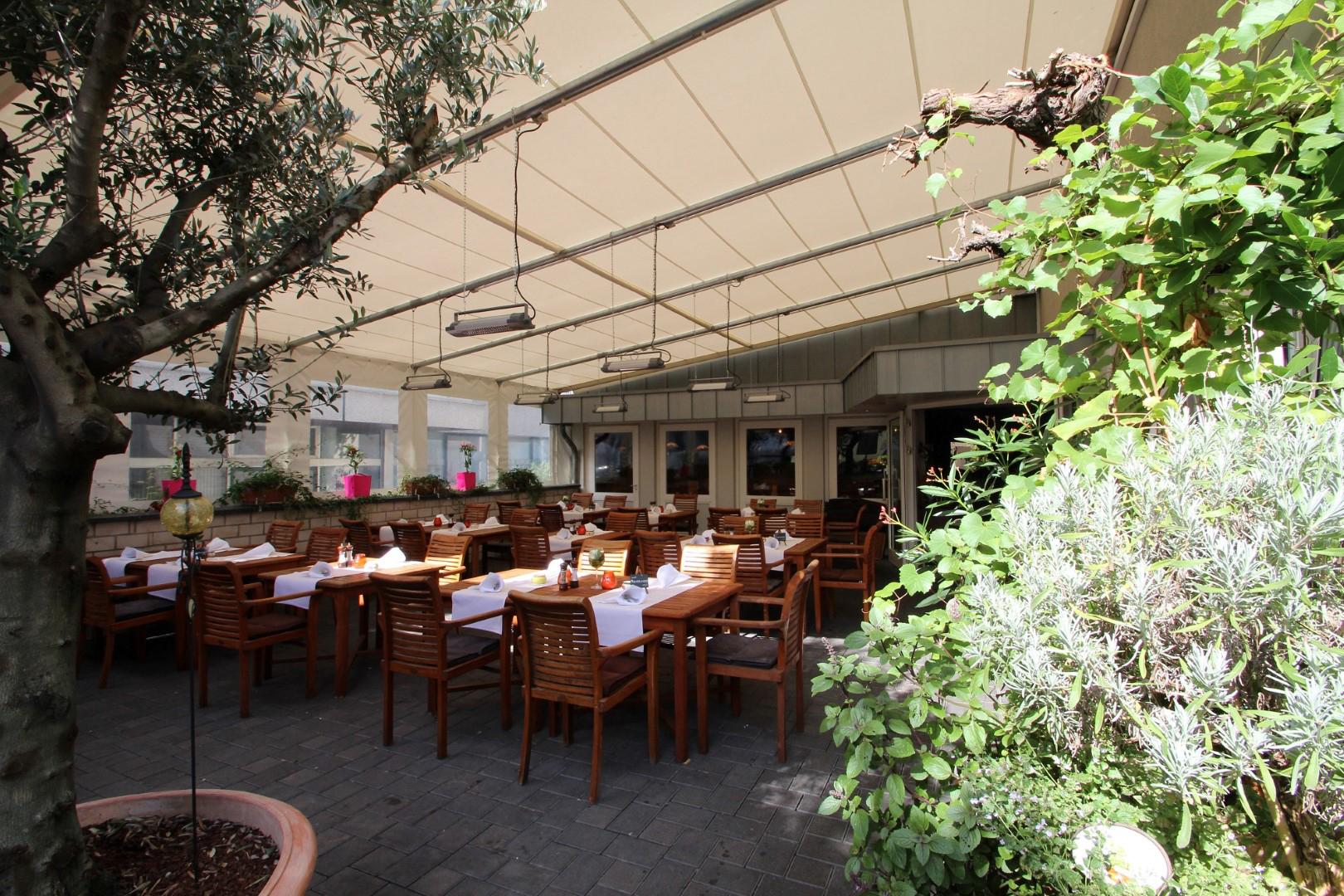 Auf dem Bild sieht man die Terrasse vom Restaurant Peperoni zu sehen
