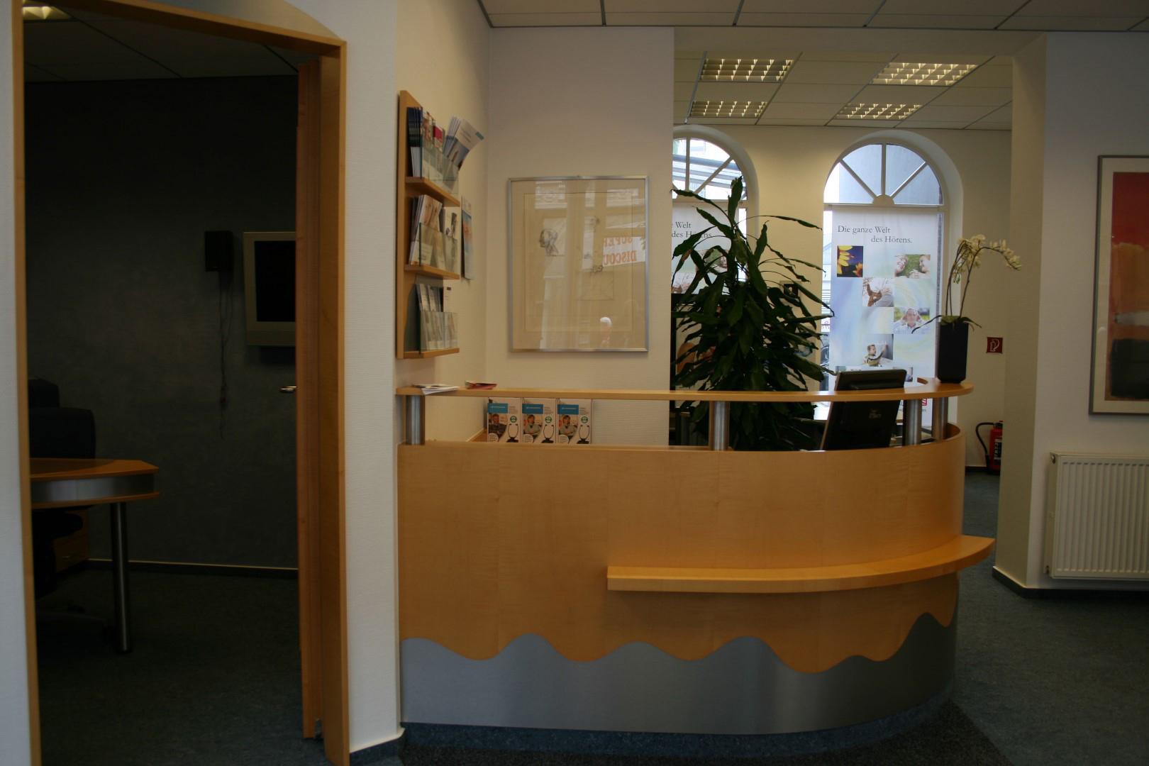 Das Bild zeigt den Verkaufs- und Beratungsraum von Köttgen Hörakustik in Siegburg