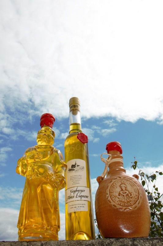 Das Bild zeigt 3 Liqueur-Flaschen der Abtei-Liqueur Siegburg GmbH