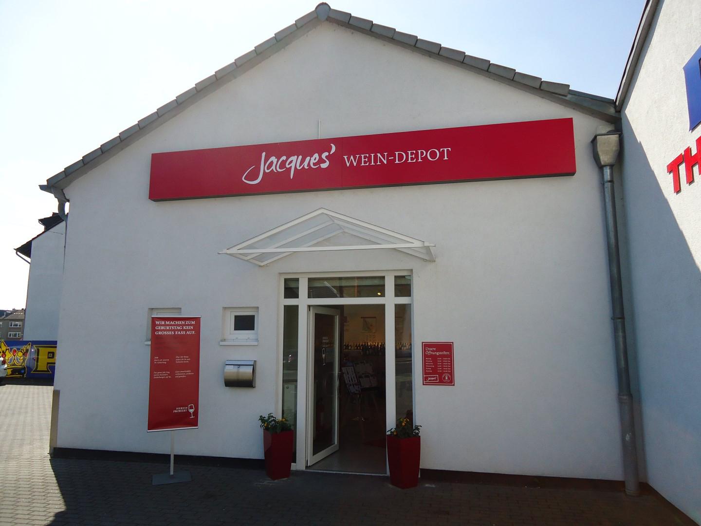 Das Bild zeigt eine Außenansicht von Jacques´ Wein-Depot