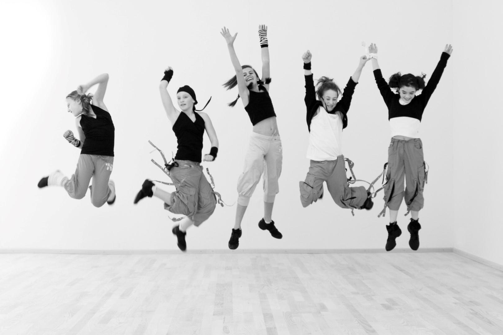 Das Bild zeigt eine Gruppe von Tänzerinnen