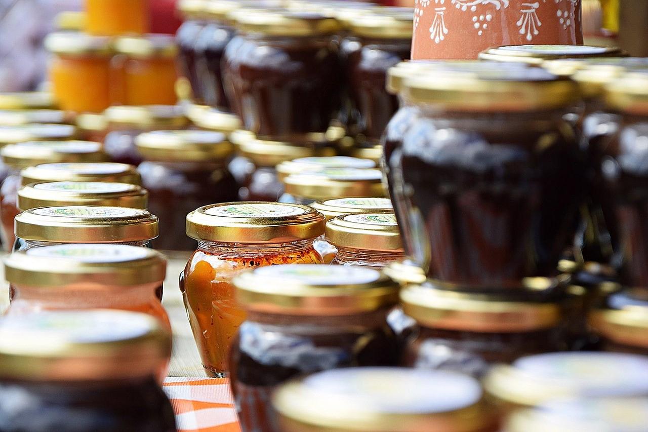 Das Bild zeigt diverse Gläser Konfitüre und Marmelade