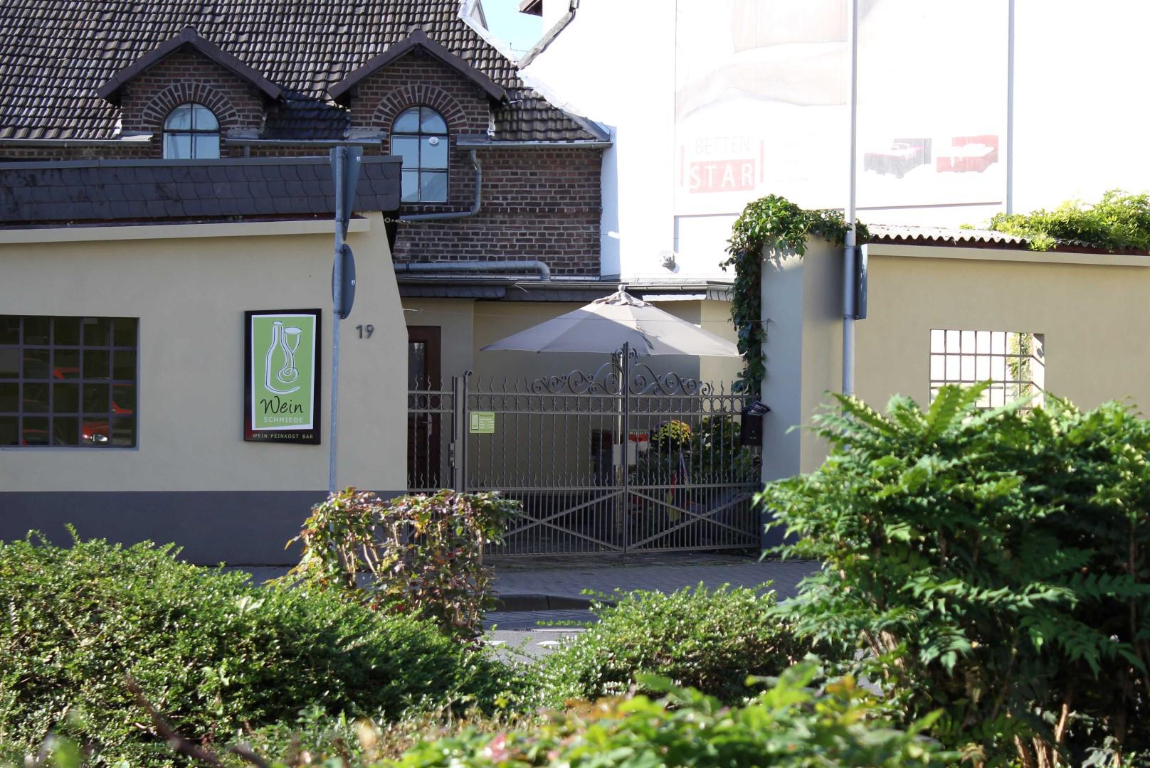 Das Bild zeigt Das Weinlager und Weinschmiede von außen
