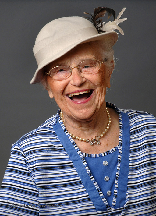 Das Bild zeigt das Foto einer älteren Dame mit Hut