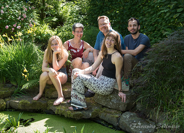 Das Bild zeigt das Foto einer Gruppe von Personen in der Natur