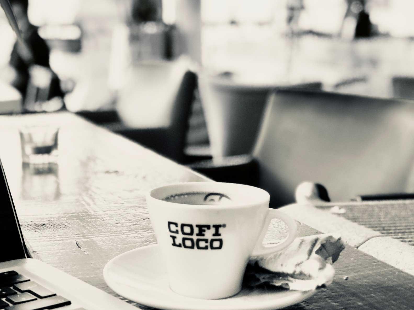 Auf dem Bild sieht man eine Tasse Kaffee der COFI LOCO Roastery