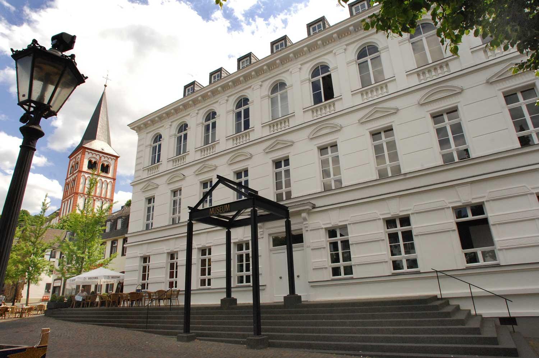 Das Bild zeigt das Gebäude sowie den Haupteingang des Siegburger Stadtmuseums