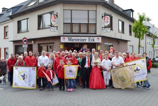 Das Bild zeigt einige Vereinsmitglieder des Junggesellenverein & Männerreih Rosenhügel von 1923 e.V. beim Maianschwenken