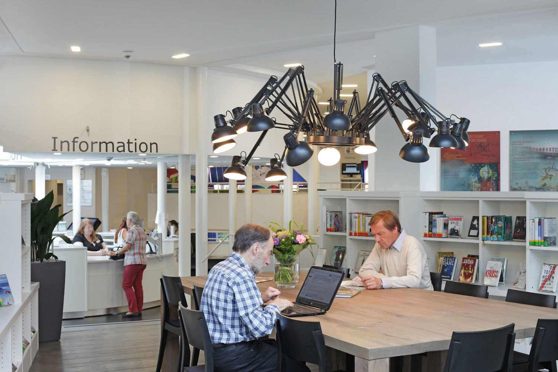 Das Bild zeigt den großen Arbeitstisch im Foyer der Stadtbibliothek Siegburg