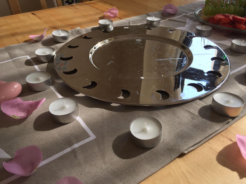 Das Bild zeigt Teelichter die im Kreis angeordnet sind