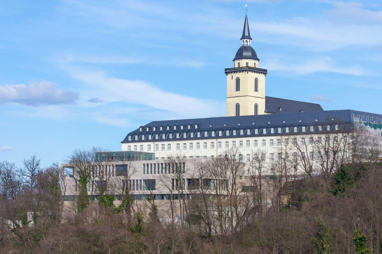 Das Bild zeigt eine Fernansicht auf das Katholisch-Soziale Institut auf dem Michaelsberg in Siegburg