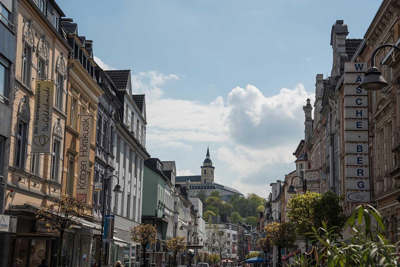 Das Bild zeigt einen Blick von der Kaiserstraße auf die Abtei