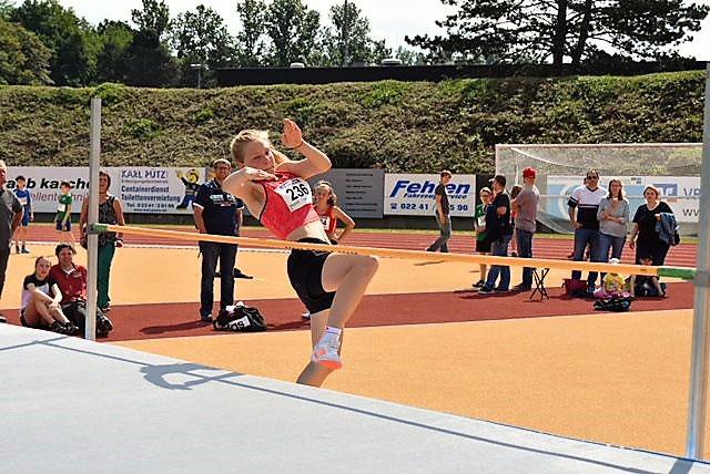 Das Bild zeigt eine Sportlerin des LAZ Puma Rhein-Sieg beim Hochsprung