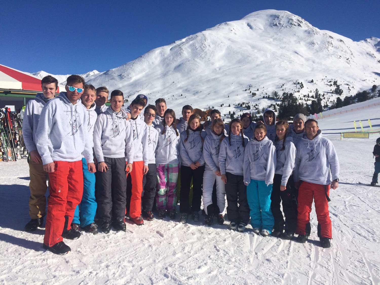 Das Bild zeigt den Sportleistungskurs des Anno-Gymnasium bei einem Skiausflug